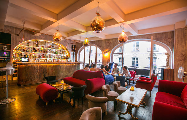 Bar-Le-153-Le-boudoir-Sofa-_-630×405-_-©-OTCP